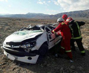 نجات راننده پژو واژگون شده توسط آتشنشانی کاشان