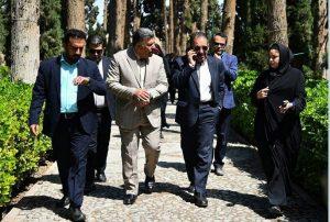 فریدون الهیاری در کنار مهران سرمدیان در باغ فین کاشان