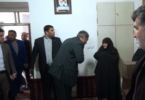دیدار فرماندار کاشان با خانواده شهیدان رمضانعلیزاده در روستای برزآباد