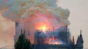 کلیسای نوتردام پاریس در آتش