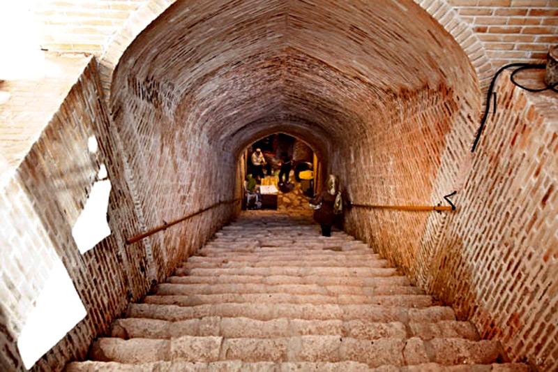 اویی شهر زیرزمینی نوشآباد در ۵ کیلومتری کاشان