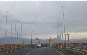 حذف پرچمهای تشریفات شهرداری آران و بیدگل از پل خیابان کارگر
