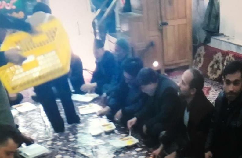 عباسعلی منصوری مشغول صرف ناهار در مسجد رحق