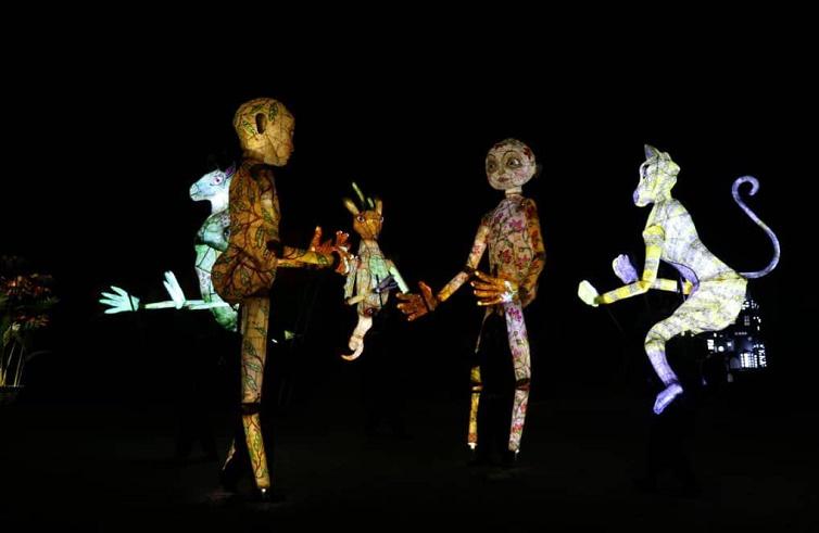 عروسکهای غولپیکر در نمایش فقط یک زمین داریم