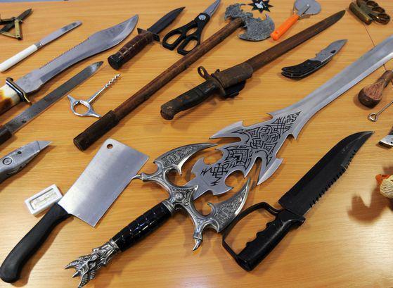 سلاحهای سرد کشف شده از مخفیگاه اوباش کاشان