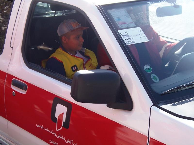 محمد طاها کودک سرطانی در خودرو آتشنشانی