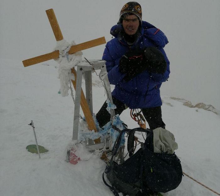 محمدمعین عباسی بر فراز قله ۷۰۱۰ متری فنیترین قله پلنگبرفی و شمالیترین قله ۷ هزار متری جهان