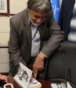 موسی کیخا در حال امضا کتاب پایان مجسمه
