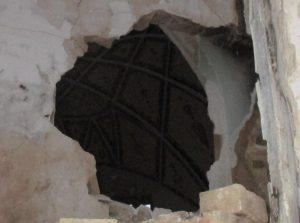 نمایی از ساختمان اصلی دفتر کار ارباب تفضلی در آستانه تخریب