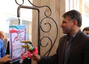 سیدجواد ساداتینژاد نماینده مردم منطقه کاشان در حال نواختن زنگ مهر